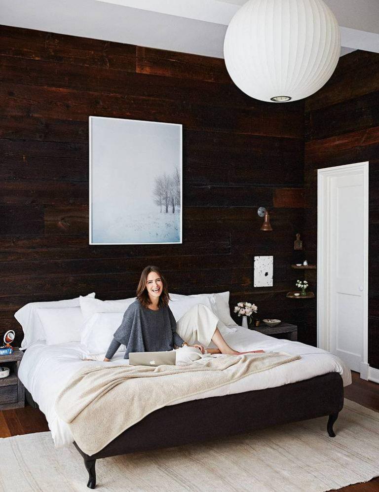 Stoere slaapkamer met rustieke houten wandbekleding