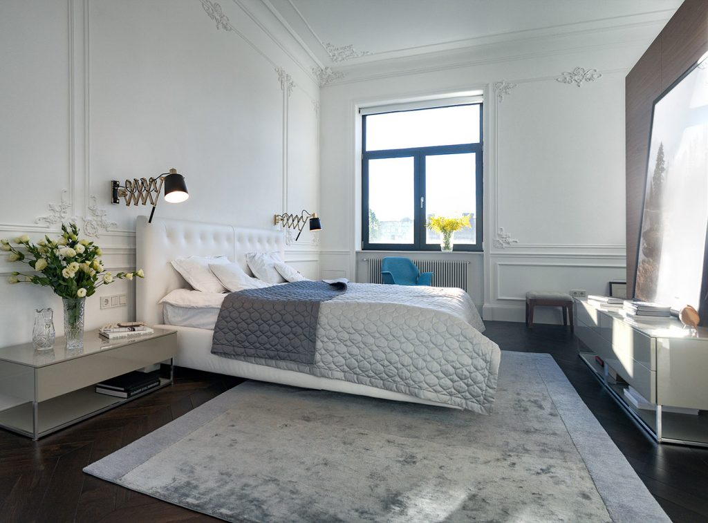 Strakke moderne meubels in een klassieke slaapkamer | Slaapkamer ideeën