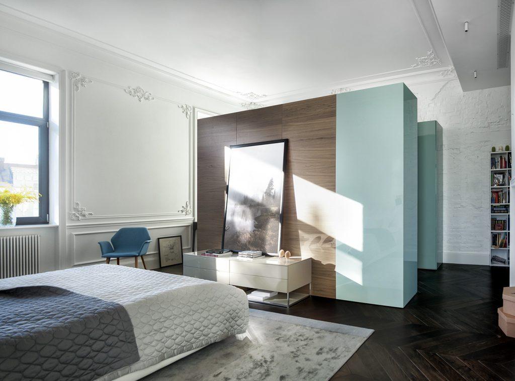 Strakke moderne meubels in een klassieke slaapkamer slaapkamer
