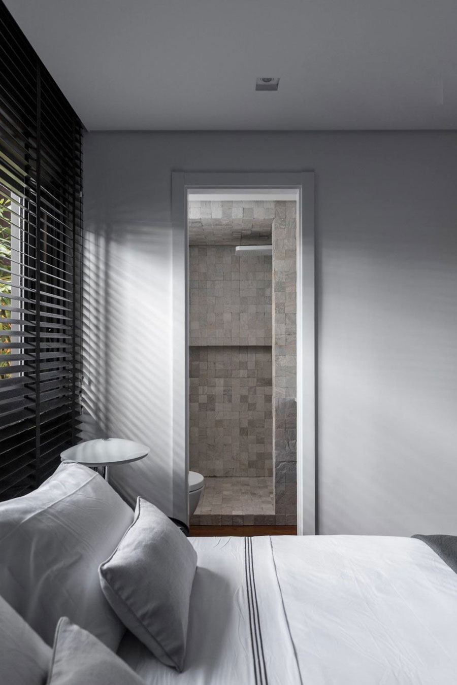 Strakke slaapkamer met een mooie doorloopkast