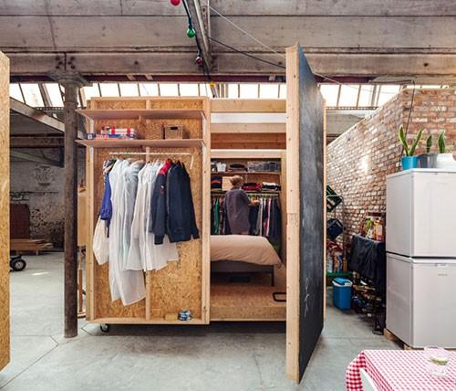 Tijdelijke slaapkamer in voormalig textielfabriek