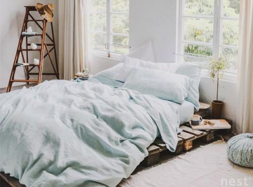 Unieke slaapkamer met mooie ramen met vakken