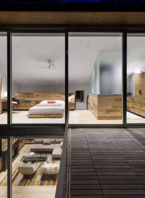 Veel hout in een open slaapkamer