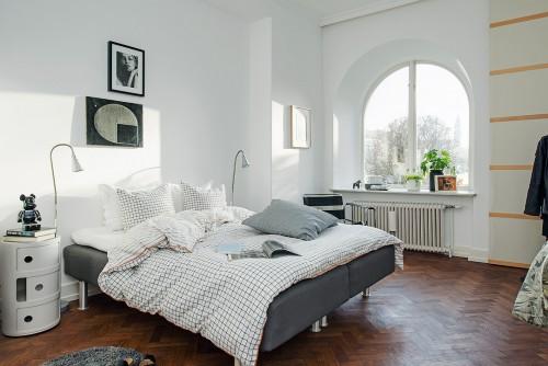 Verkoopstyling met leuke accessoires in scandinavische for Spiegel boven bed