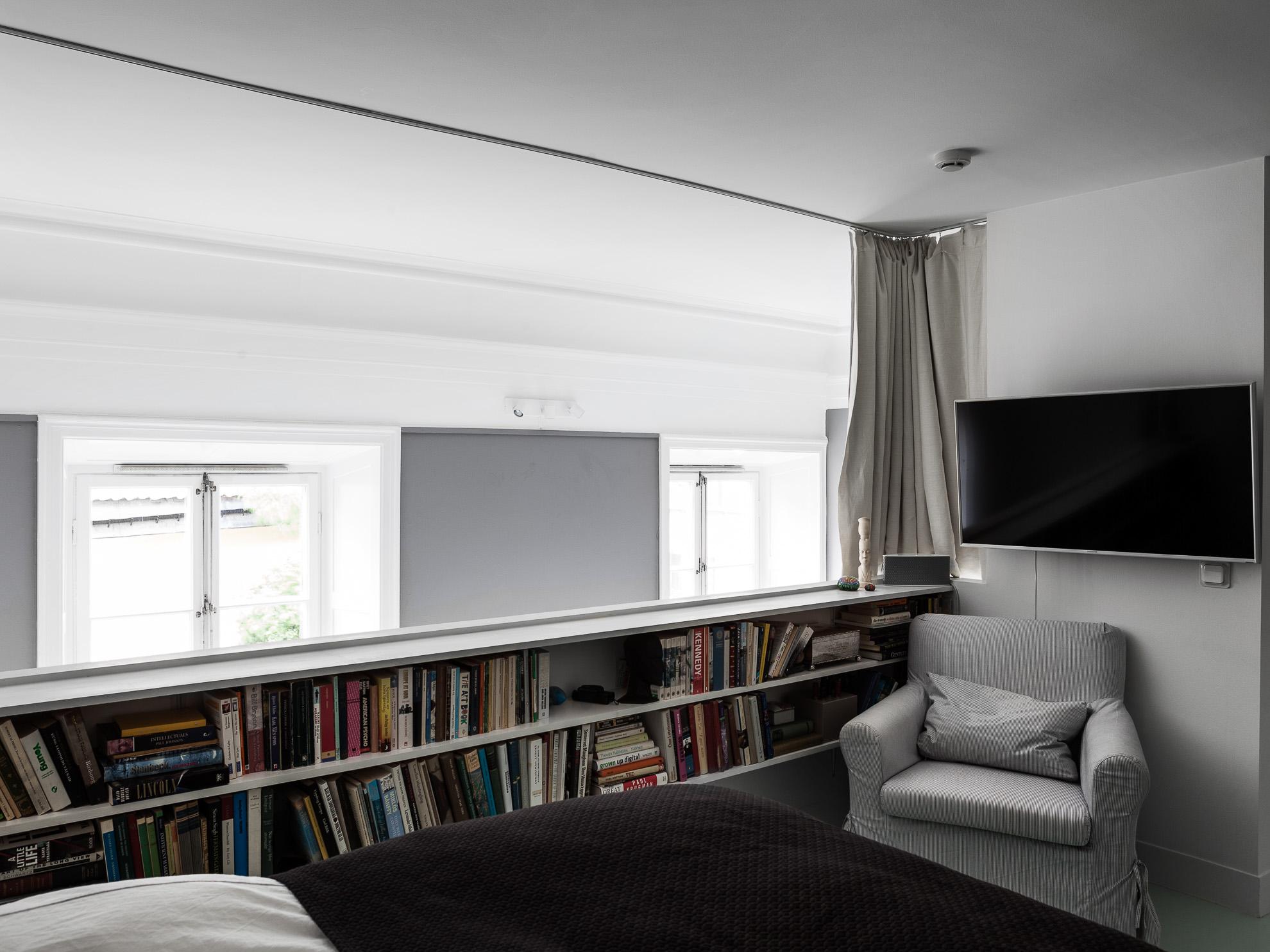 Vide slaapkamer in een Scandinavisch appartement