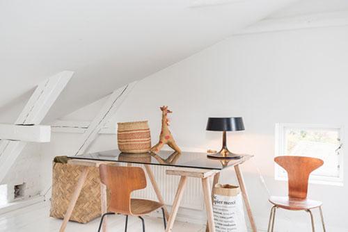... Zolder: De slaapkamer op tweedeverdieping met zwembad trap naar zolder