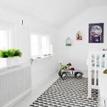 Witte kinderkamer met kleurrijke decoratie