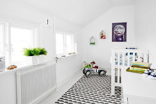 Witte kinderkamer met kleurrijke decoratie slaapkamer idee n - Decoratie voor slaapkamer ...