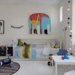 Witte kinderkamer met kleurrijke details