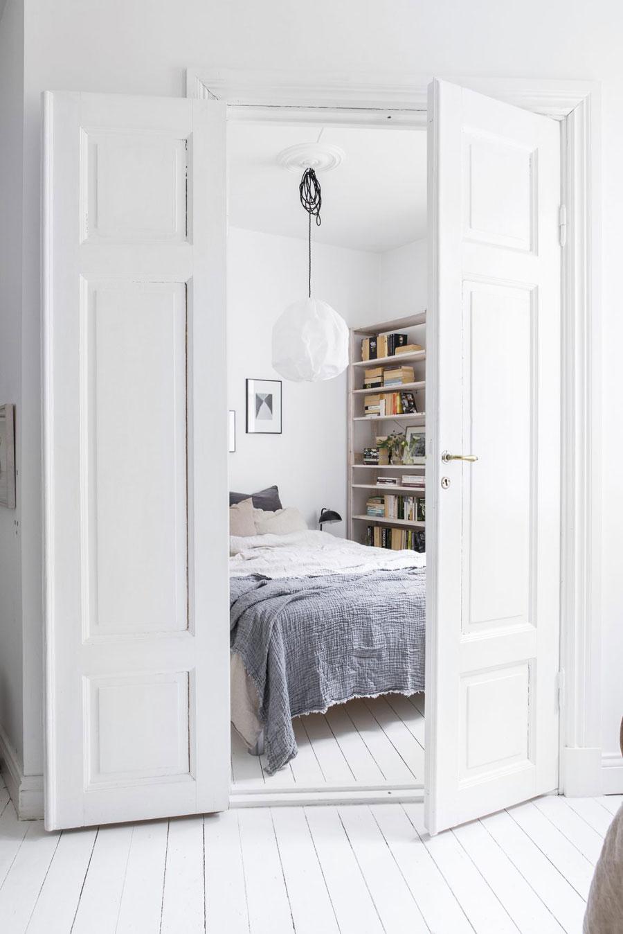 Witte lichte slaapkamer van een klein appartement van 42m2