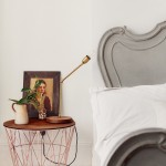 Witte slaapkamer met een grijs barok bed