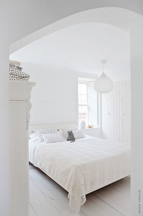 witte slaapkamer van interieurstyliste kim van rossenberg