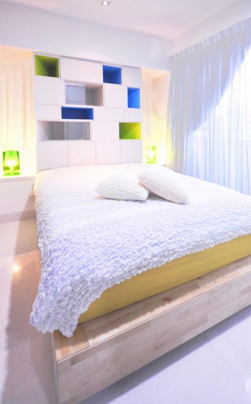Witte slaapkamer met kleurrijke vakjeskast  Slaapkamer ideeën
