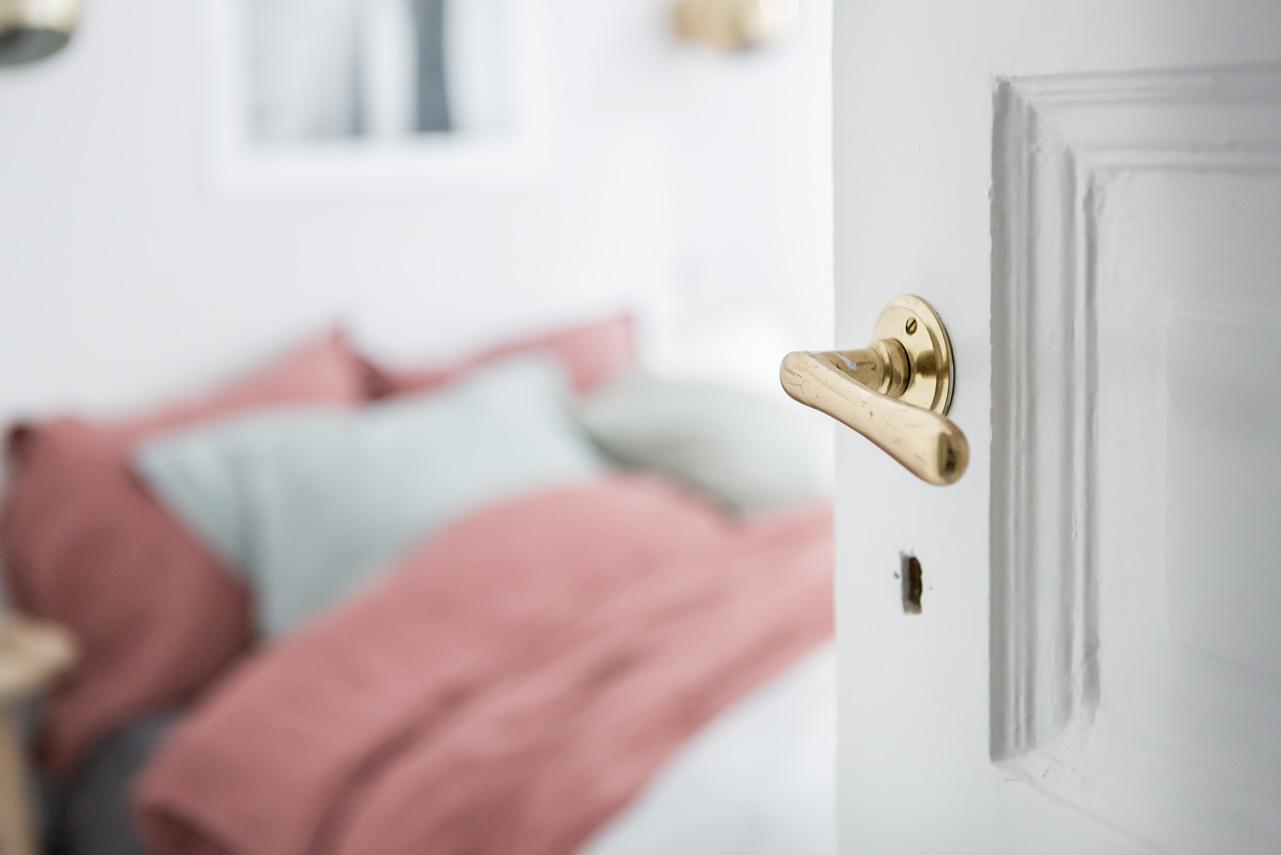 Witte slaapkamer met kleurrijk bedlinnen