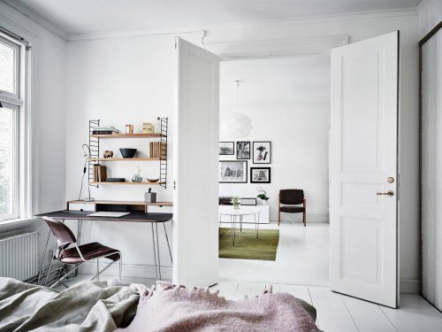 Witte slaapkamer met pastel details