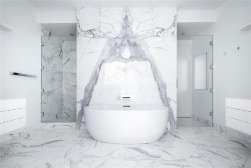 Witte slaapkamer van modern authentiek appartement uit new york slaapkamer idee n - Marmeren douche ...