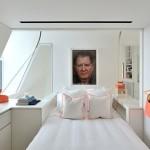 Witte slaapkamer met neon oranje