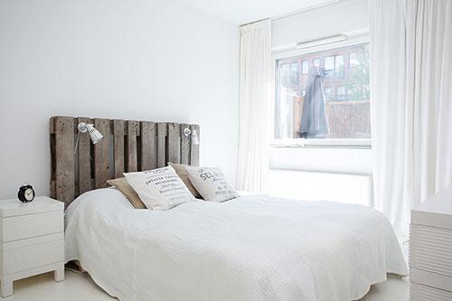 witte slaapkamer met een rustieke sfeer | slaapkamer ideeën, Deco ideeën