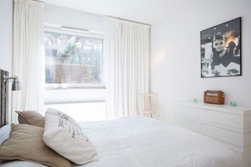 Witte slaapkamer met een rustieke sfeer