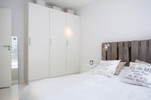 Witte slaapkamer met een rustieke sfeer | Slaapkamer ideeën