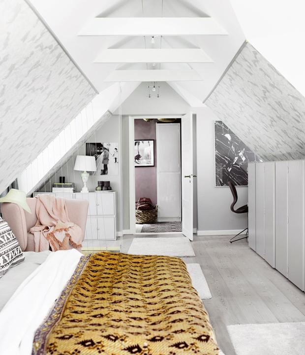 Zolder slaapkamer van een landelijke Deense woning