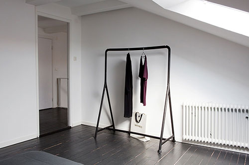 Zwarte slaapkamer ideeen : Zolder slaapkamer met zwarte vloer en witte ...