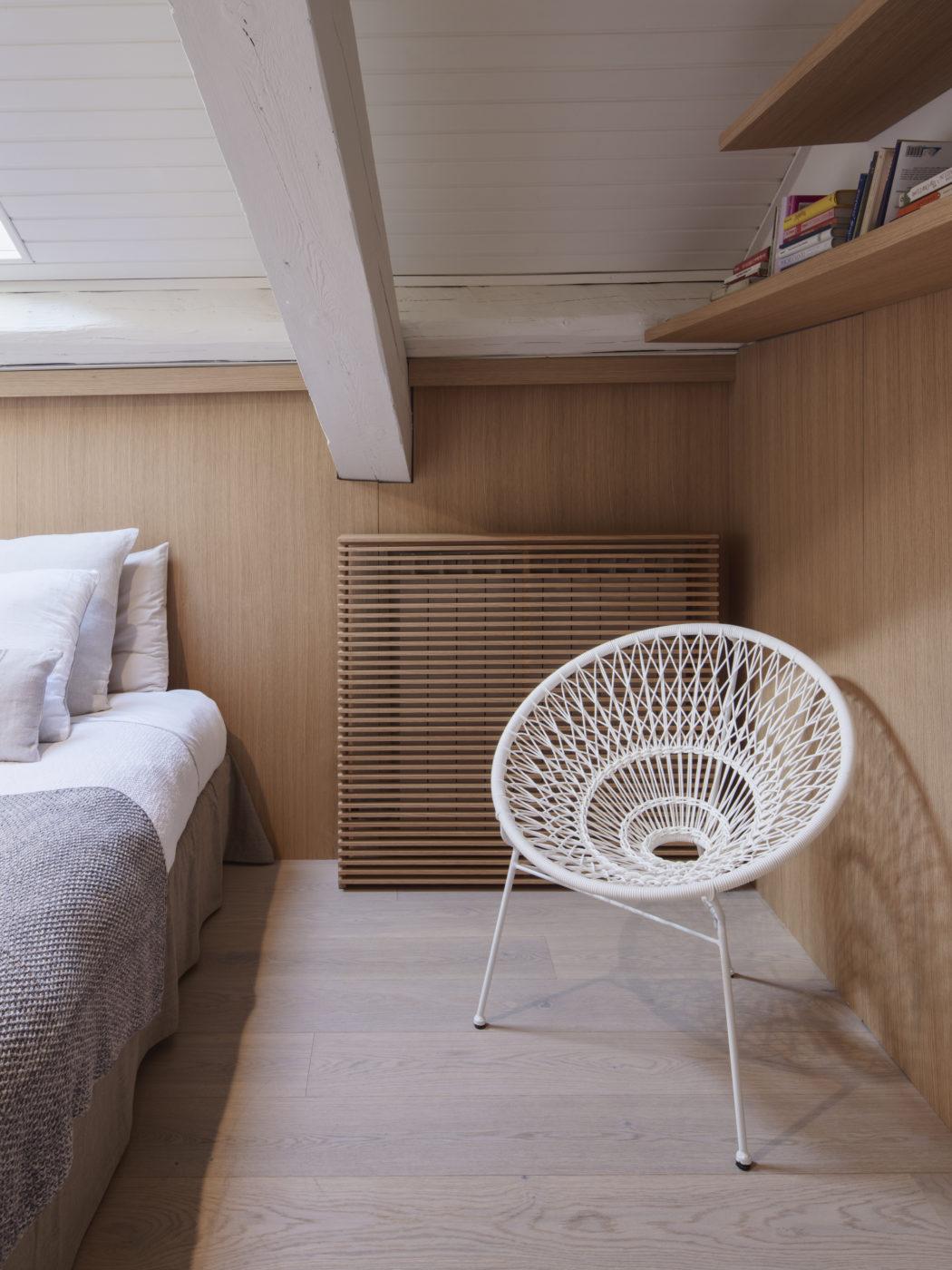 zolderslaapkamer-met-mooie-houten-wandbekleding