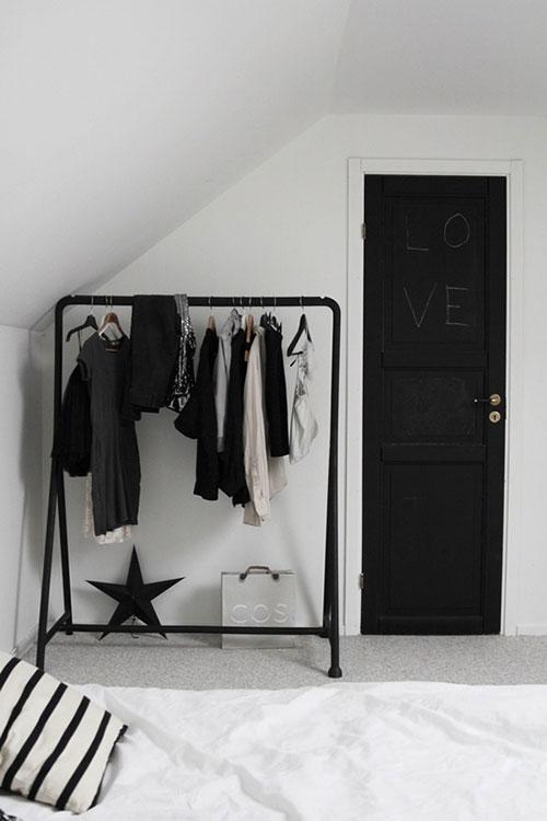 Zwarte kledingrek