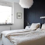 Zwarte muur in een lichte slaapkamer