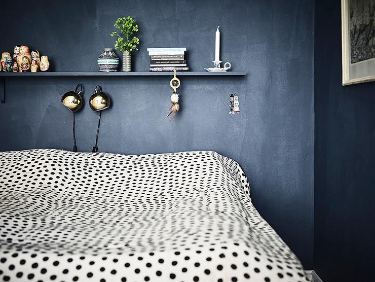 Zweedse blauwe slaapkamer met mooie houten accenten